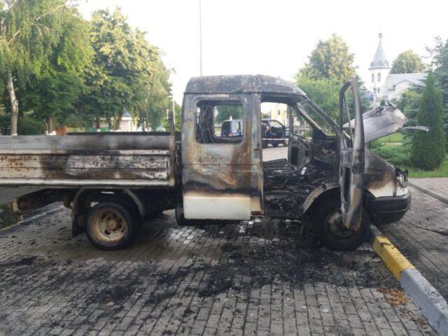В Гостомеле перед мэрией сожгли машину
